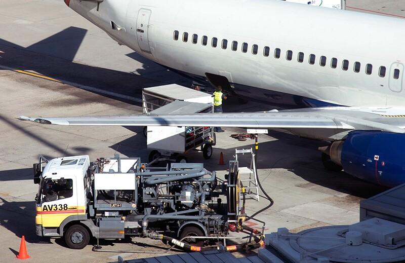 commercial-airplanes/rf36729822-commercial-airplanes-refueling.jpg