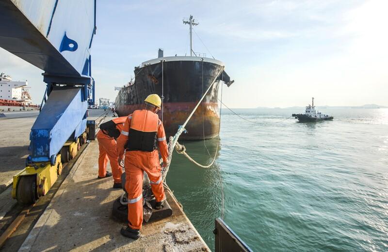 ss613865333-tanker-port-loading