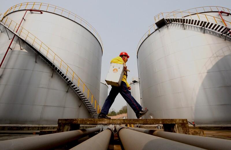oil/AP_100128025564-oil-storage-worker.jpg